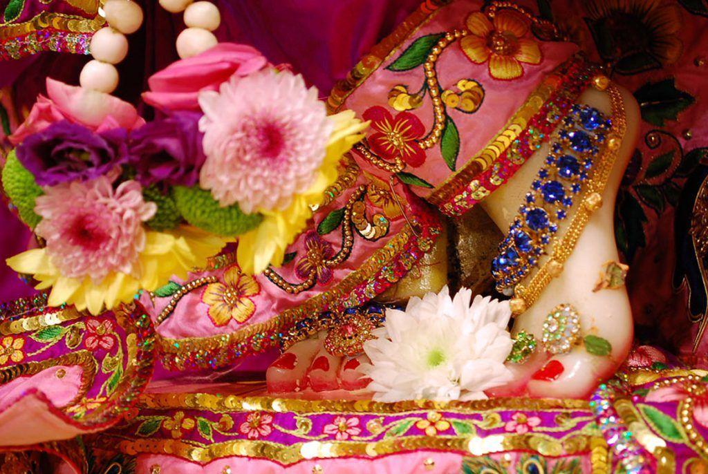 El kirtan o cantos devocionales constituye una práctica de grupo muy apreciada en el hinduismo, concretamente dentro del Bhakti yoga. Dentro de los muchos beneficios que proporciona se encuentran principalmente la liberación de bloqueos físicos o emocionales, pues te ayuda a experimentar un amor de corazón poco común en nuestra vida cotidiana.